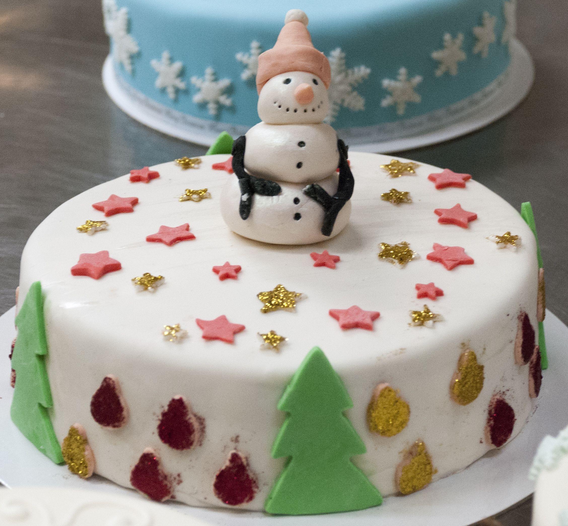 Sparkly Frosty Christmas Cake #snowman
