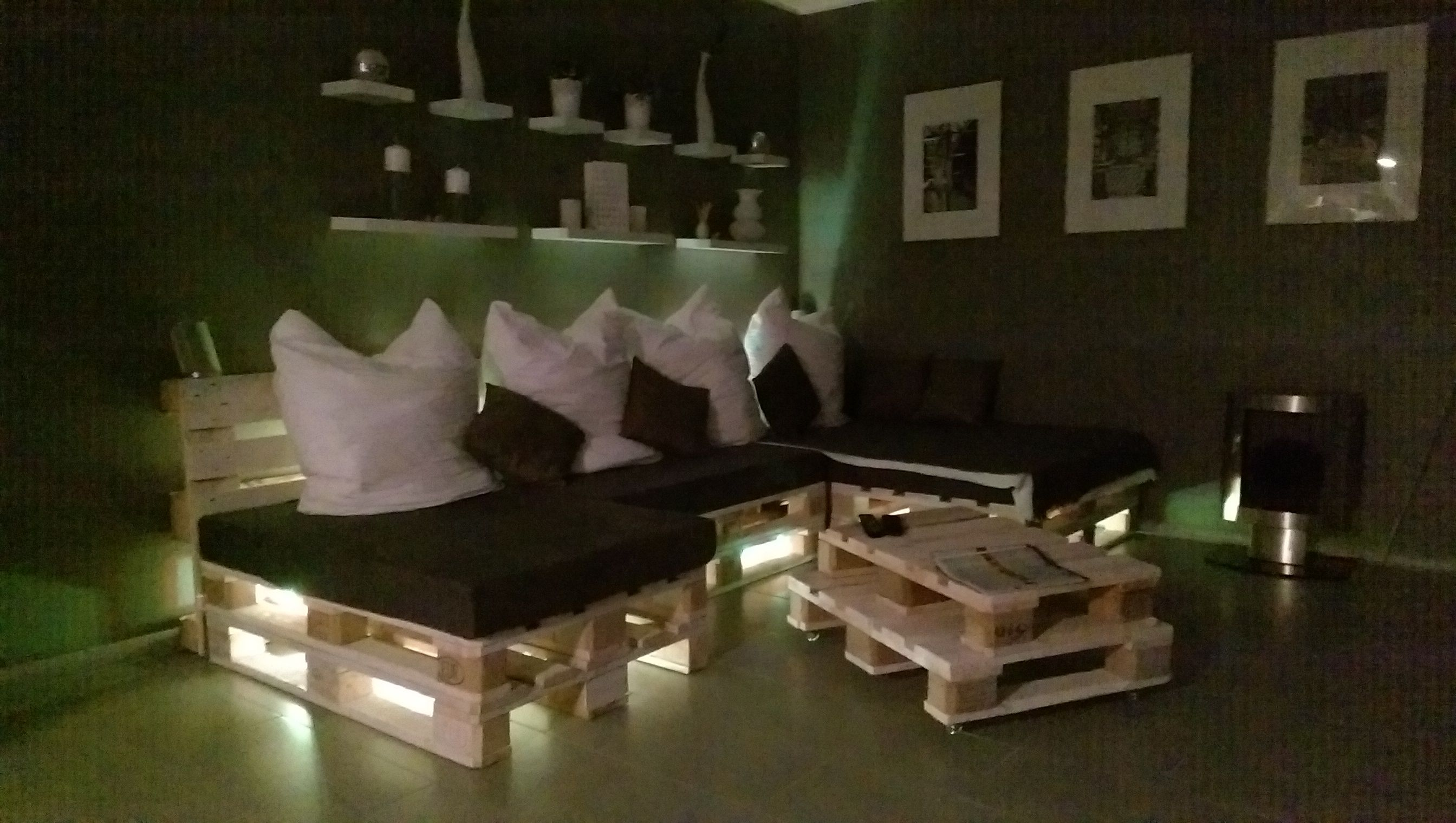 unser kollege tommy hat das experiment gewagt und ein paletten sofa selber gebaut wir zeigen. Black Bedroom Furniture Sets. Home Design Ideas