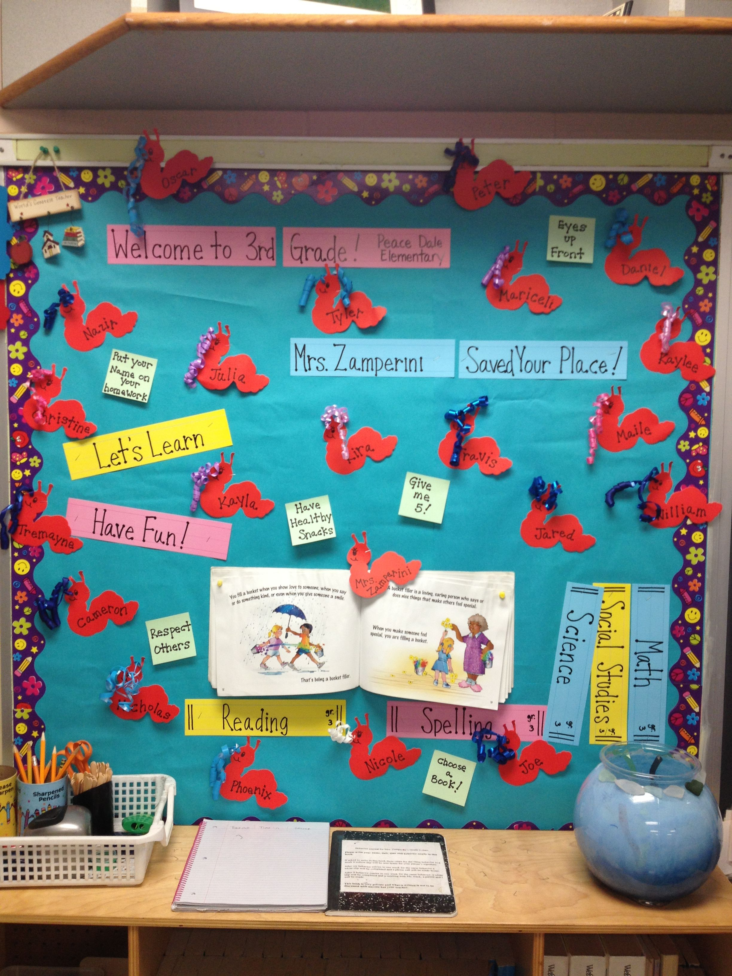 Bulletin Board For Back To School Book Theme Kids Names Are Written On Paper Book Worms To Be Used As Bookmarks Book Themes Paper Book Book Worms