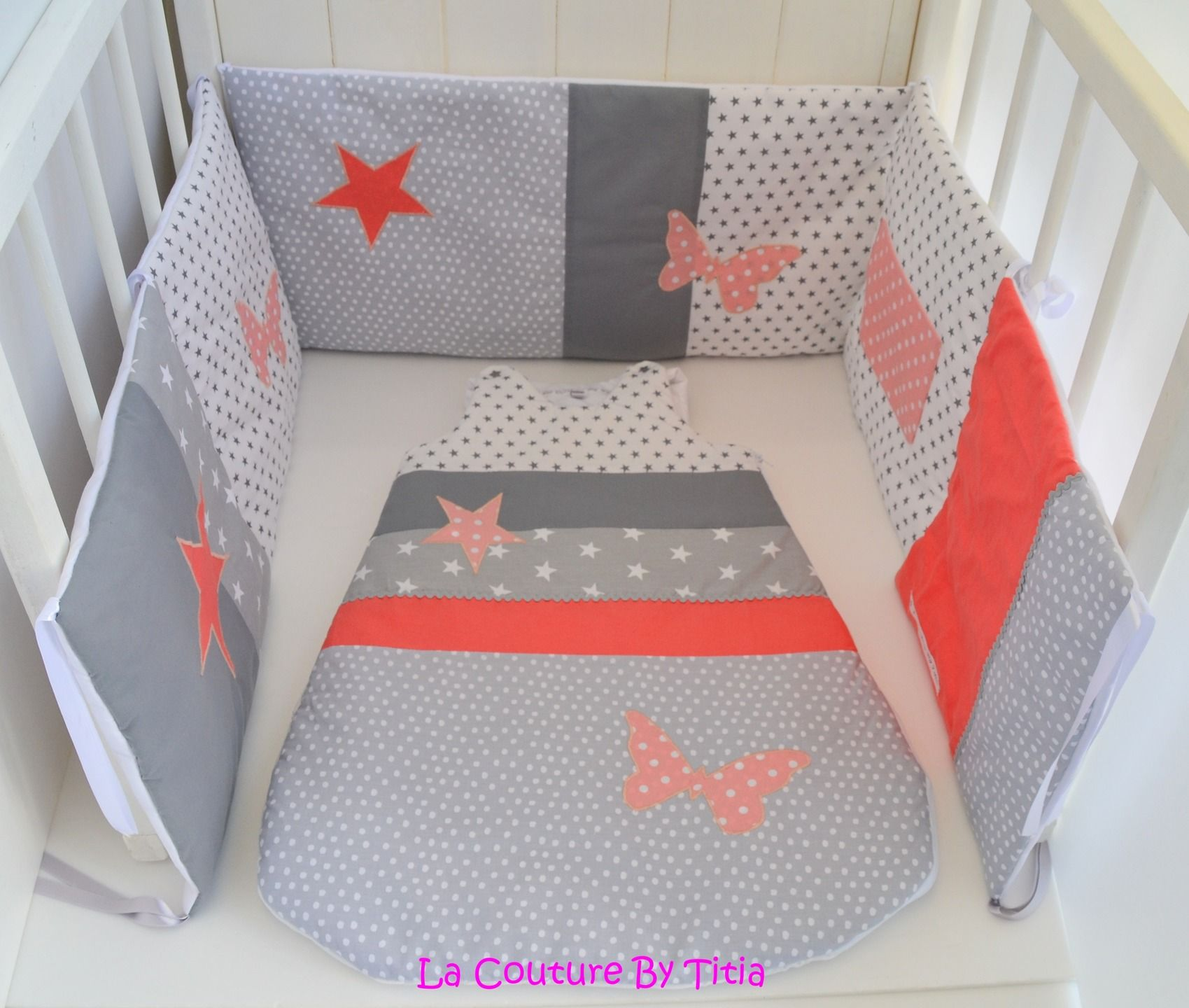 tour de lit et gigoteuse fait main papillon gris et corail lacouturebytitia tour de lit. Black Bedroom Furniture Sets. Home Design Ideas