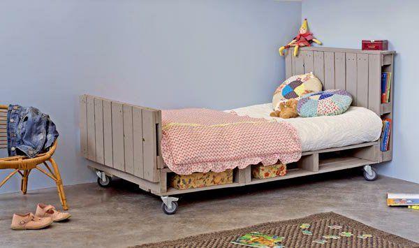 Tête de lit avec rangement intégré pour les livres d'histoire !
