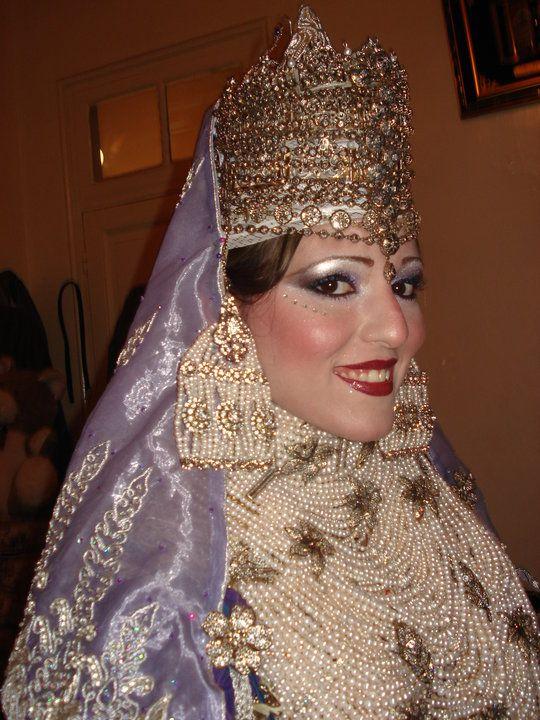 الشدة التلمسانية لباس يحول العروس الجزائرية الي اميرة في يوم زفافها منتديات درر العراق Fashion Traditional Dresses Traditional Outfits