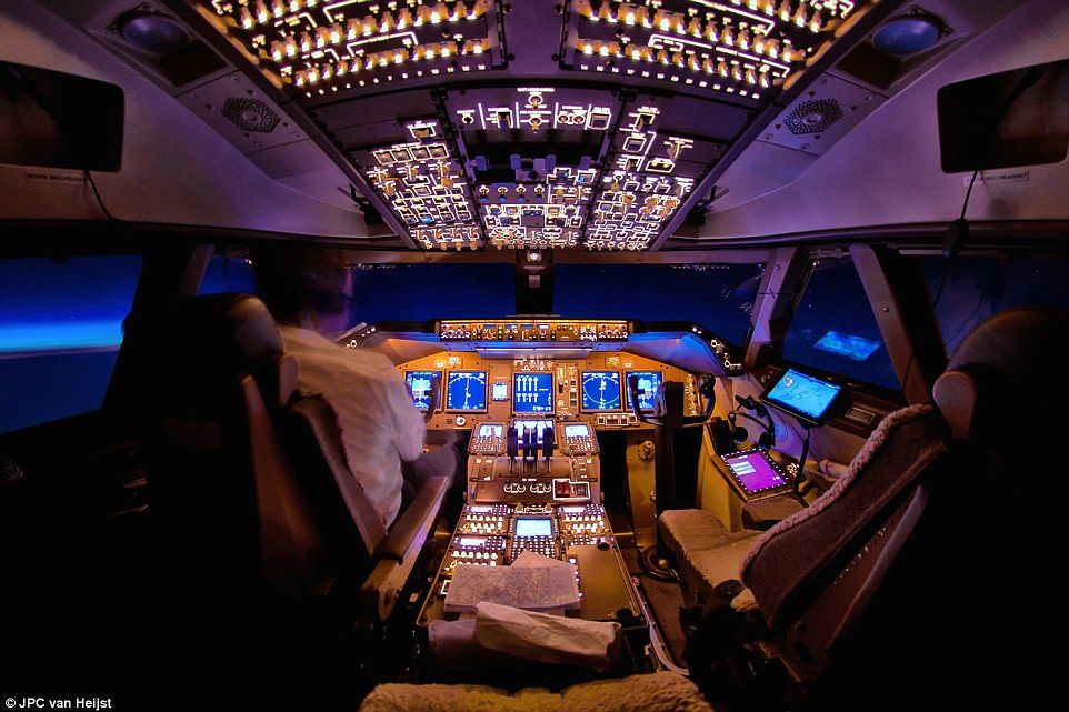 Pilot Captures 747 Cockpits And Views Outside In Amazing Photo
