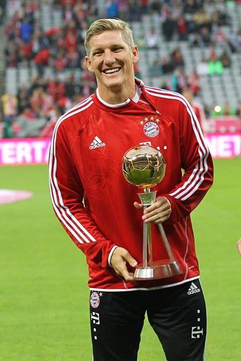 """Herzlichen Glückwunsch! Bastian Schweinsteiger ist für seine Wahl zum """"Fußballer des Jahres"""" geehrt worden und hat gestern sein 300. Bundesliga Spiel bestritten <3"""