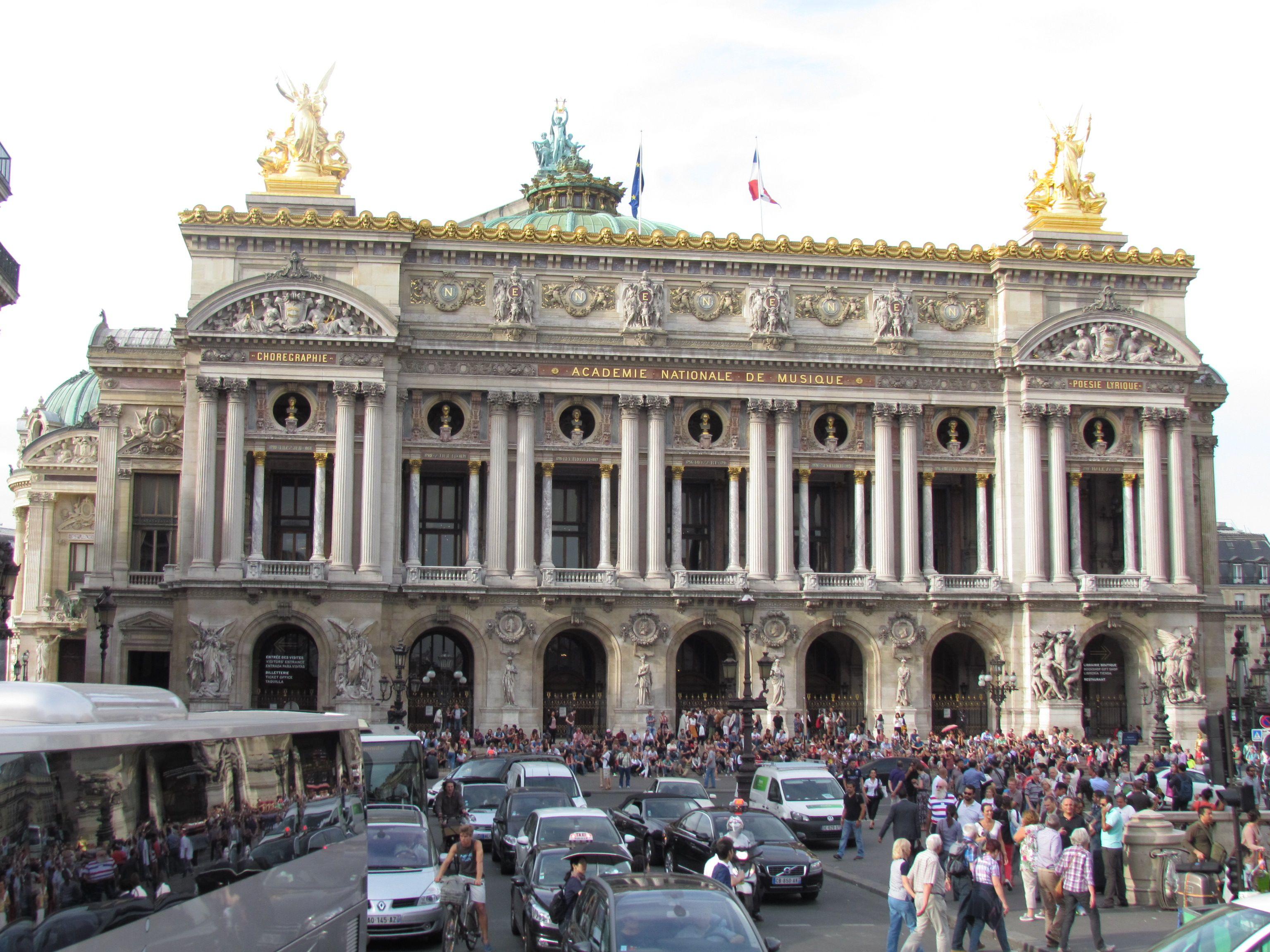 La Ópera Garnier, Palacio Garnier u Ópera de París, de estilo neobarroco, es uno de los edificios más característicos de París. Napoleón III ordenó su construcción al arquitecto Charles Garnier. Desde su inauguración en 1875, la ópera fue llamada oficialmente Academia Nacional de Música — Teatro de la Ópera. En 1989 la Compañía de la Ópera se trasladó, y su vieja sede recibió el nombre de Palacio Garnier, donde permanece la Academia Nacional de Música.