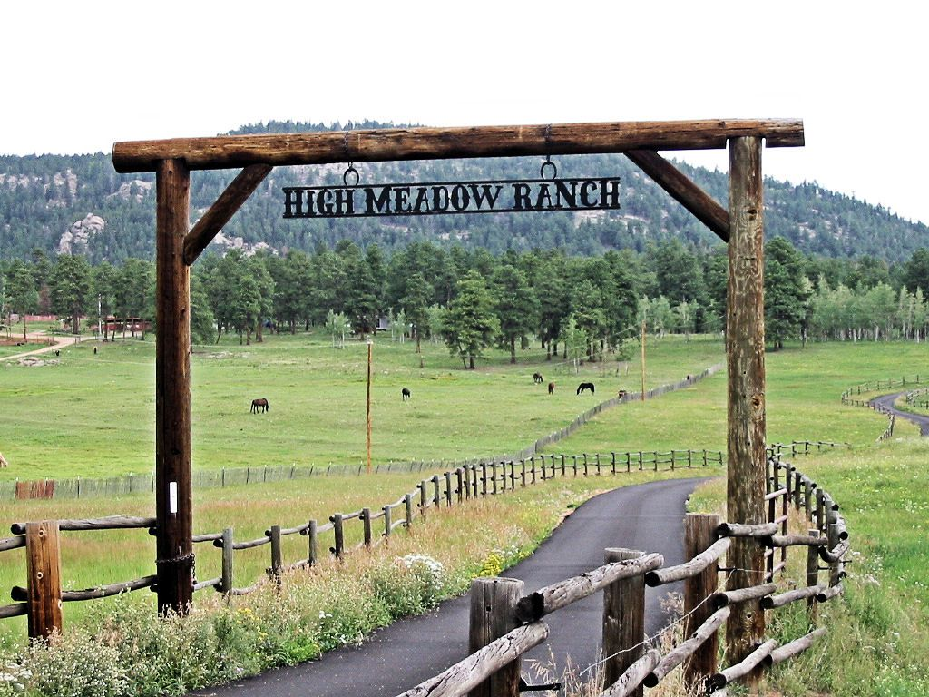 Top 5 places you can work for a free night s stay google for Ranch entrance designs