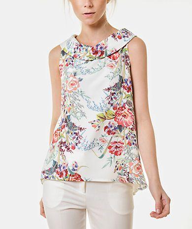 3eb74d926516 Top con estampado floral, cuello barco, corte recto y cierre de ...