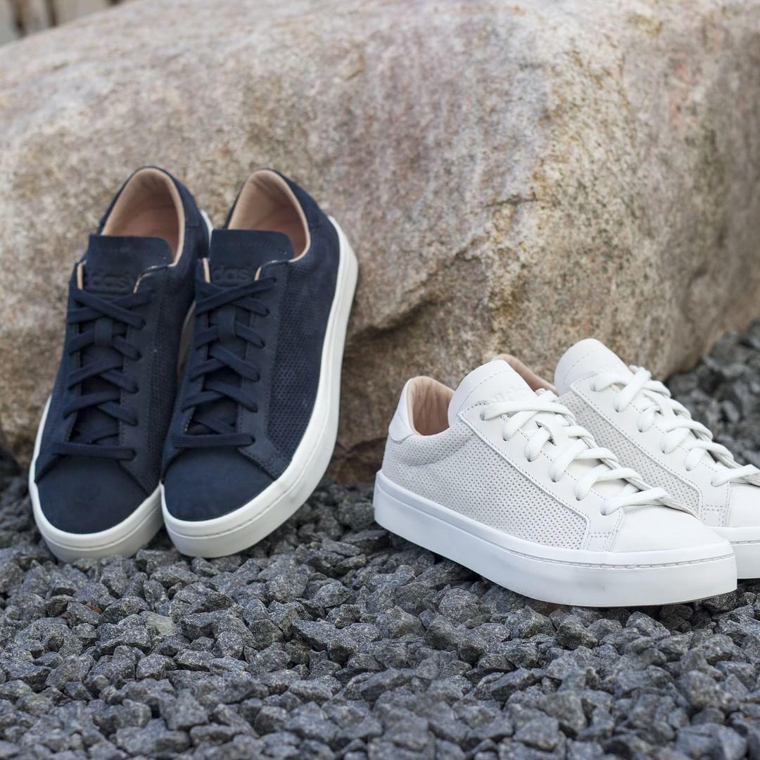 ¡Nuevo!La Marina y vintage Adidas blancos courtvantage es ahora
