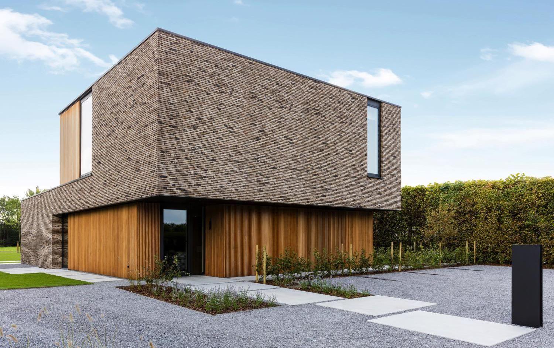 Bedwelming Moderne woning met steenstrips en houten gevelbekleding | NB Steen &NT92