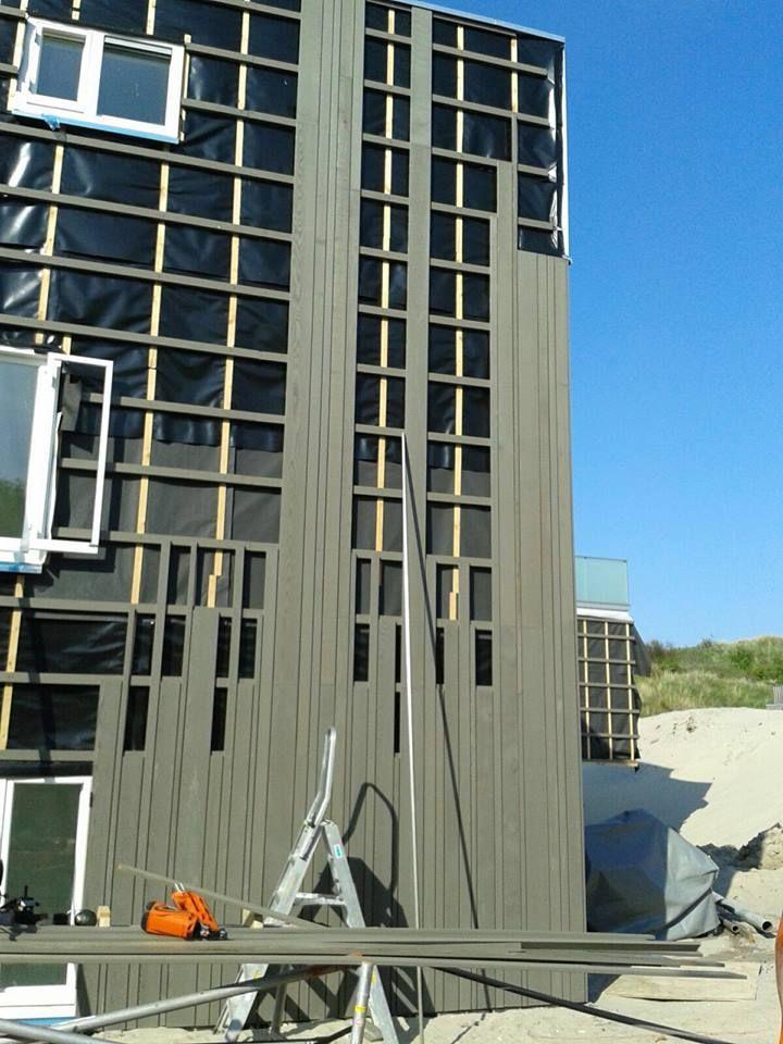 Voortgang bouw Koningskaars te Schiermonnikoog - 12 mei 2016 - aanbrengen gevelbekleding