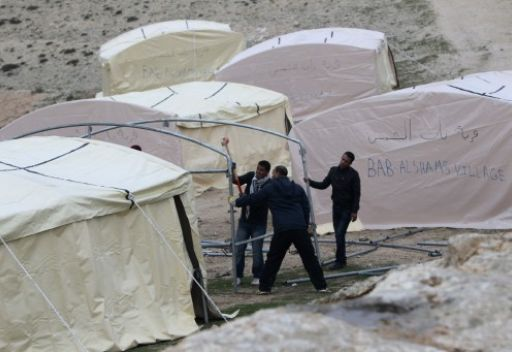فلسطينيون يسبقوق إسرائيل وينصبون خيما لمنع بناء المستوطنات