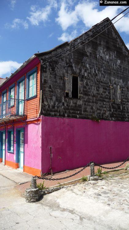 Maison de ville créole avec une façade en tuiles de bois Case