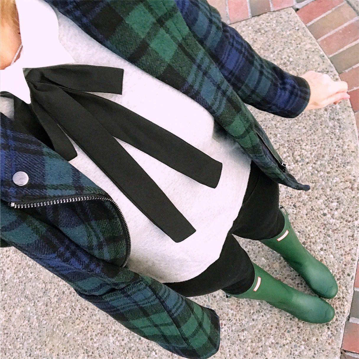 Photo of Abrigo a cuadros verde y azul marino Hunter, botas de lluvia Hunter verdes, suéter con lazo; fiesta …
