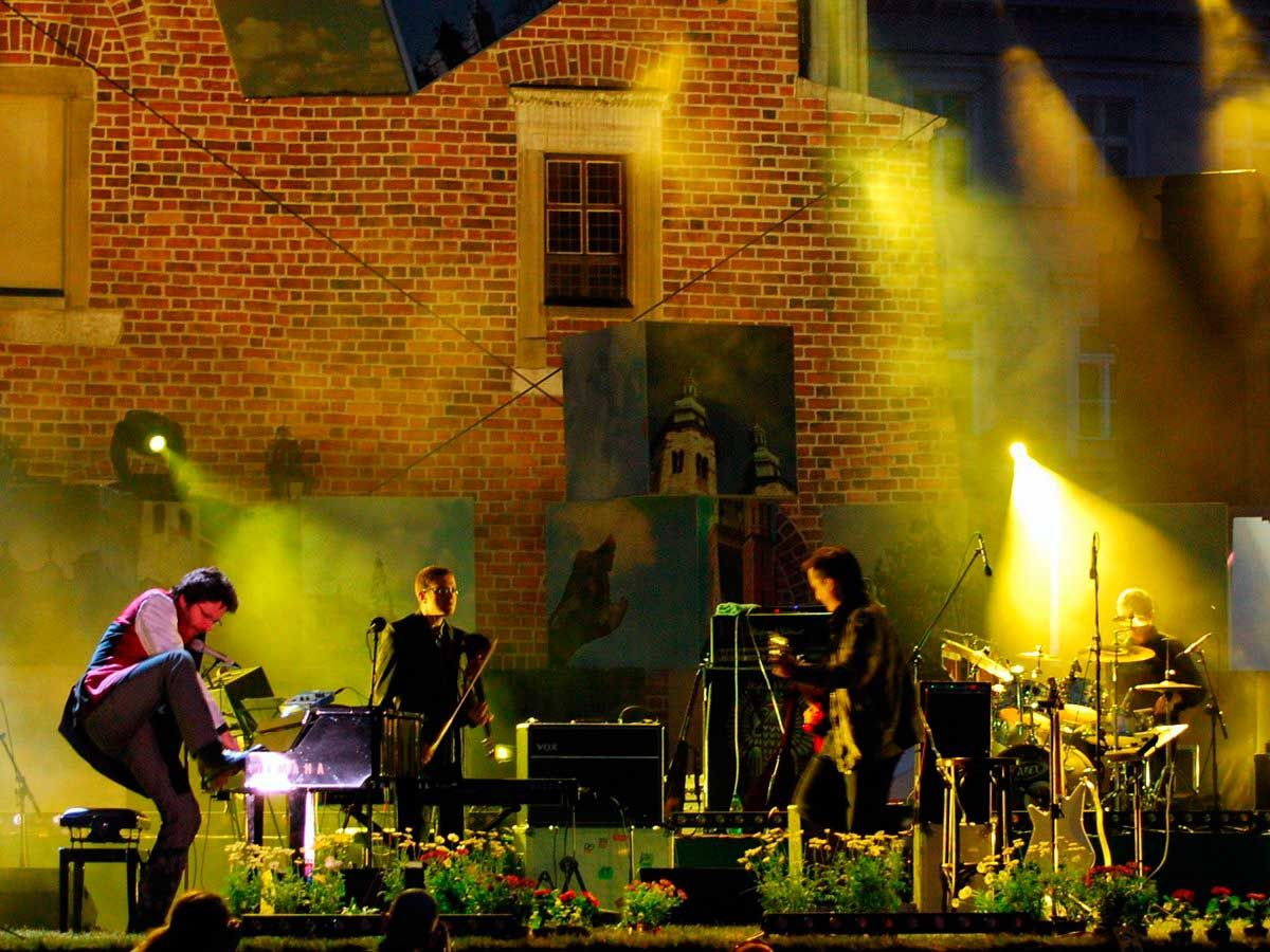 Baile al ritmo de la música klezmer en Cracovia , Polonia.