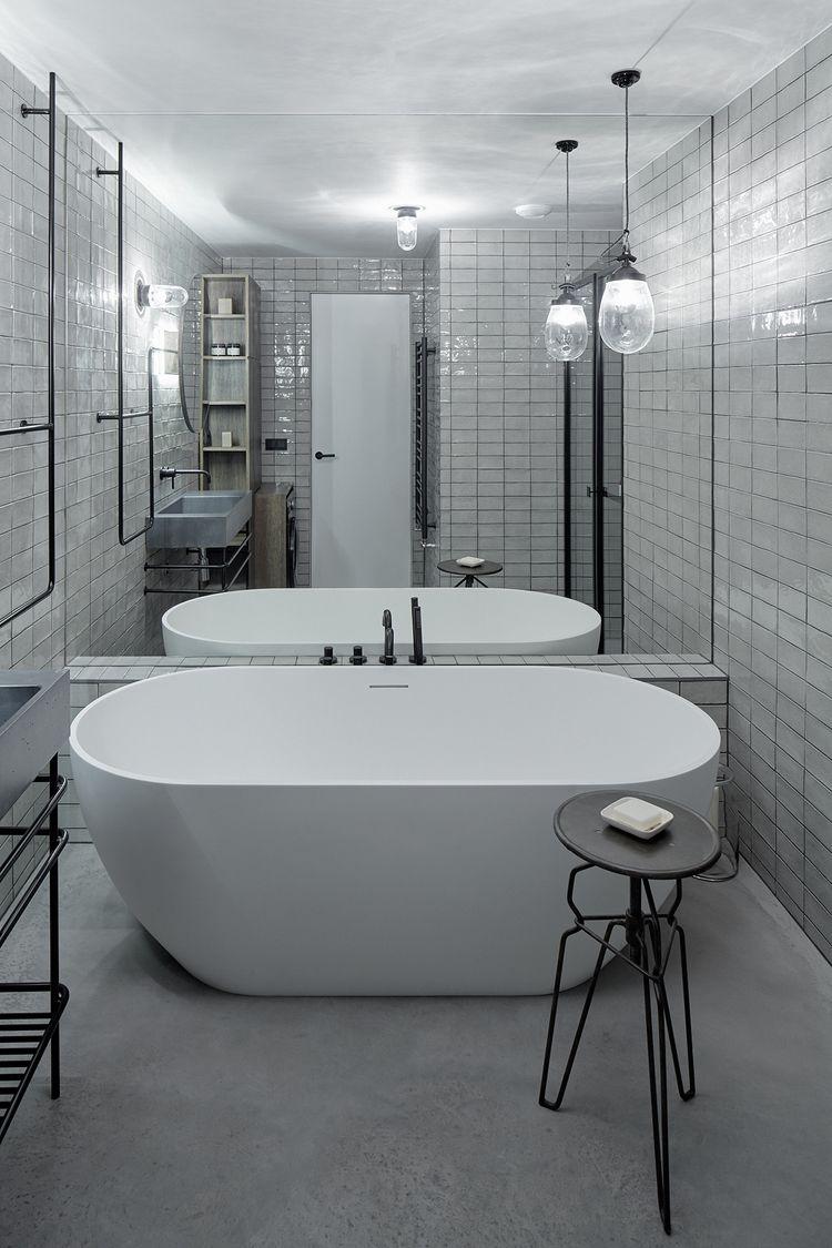 Prachtige industriële loft in Praag met jaren \'50 touch | Badezimmer