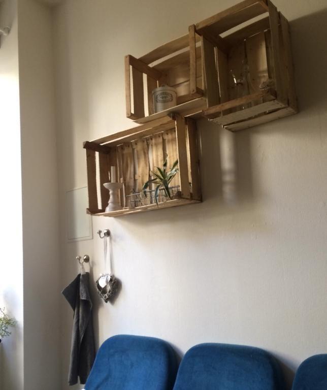 Kostengüntiges DIY-Küchenregal aus alten Holzkisten! #DIY #Regal ...
