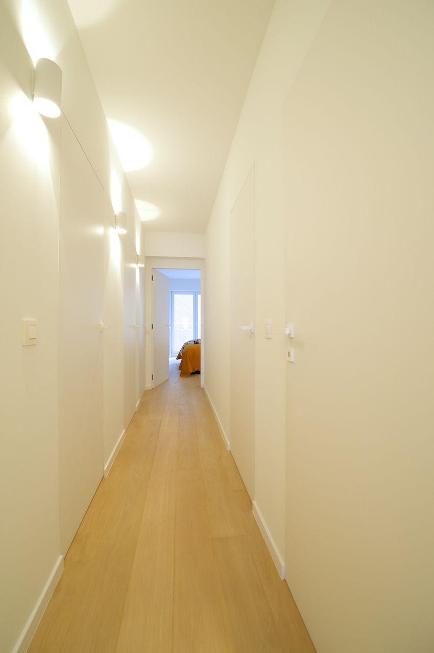 Door het vervangen van alle bestaande deuren door Xinnix deuren, werd een strak en minimalistisch effect bekomen.