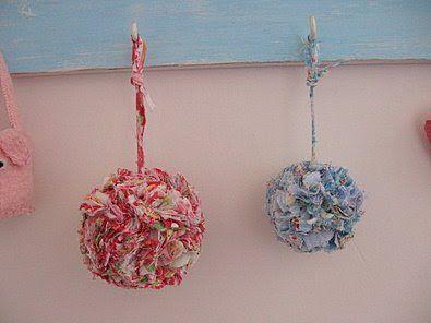 Pom pom. | COPY, Pompons feitos com restos e tirinhas de tecidos