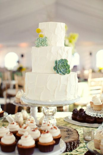 Cute wedding cake. Photo by Sarah Kate Photographer. #weddings #cake www.wedsociety.com