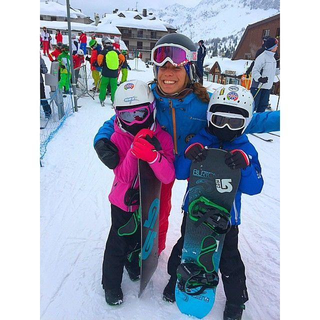 #FedericaPanicucci Federica Panicucci: Due bambini mascherati pronti per la lezione di #snowboard!!!!