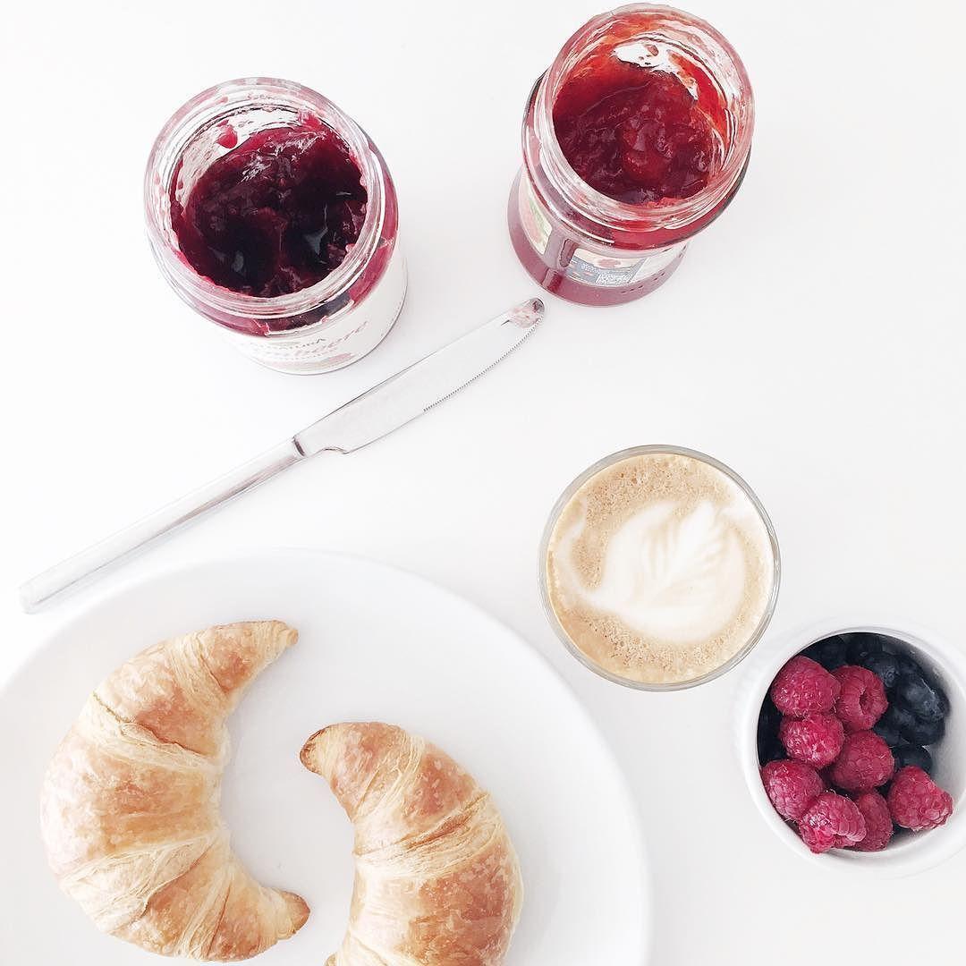 Heute beginnt der Tag mal ohne Müsli und dafür mit den perfekten aufgebackenen Croissants. Und gleich geht es ein bisschen in die Sonne den Frühling einatmen bevor er es sich anders überlegt. Habt einen wunderbaren Tag  #breakfast #food #croissant #coffee #bezzera #raspberry #blueberries