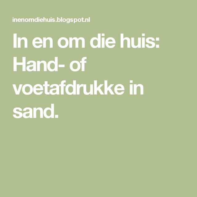 In en om die huis: Hand- of voetafdrukke in sand.