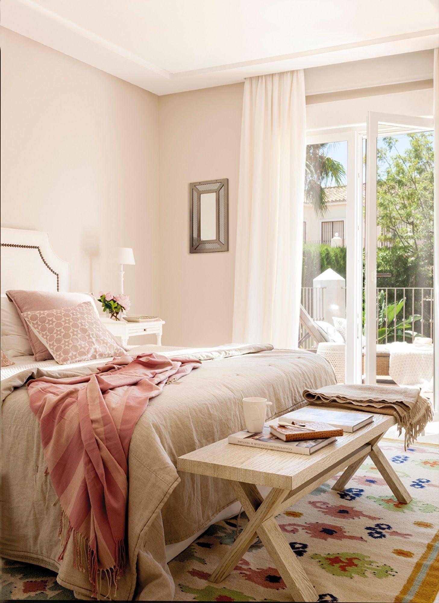 bedrooms and more. Dormitorios Con Ropa De Cama En Tonalidades Rosa, Banqueta Madera, Alfombra Y Amplio Bedrooms And More E