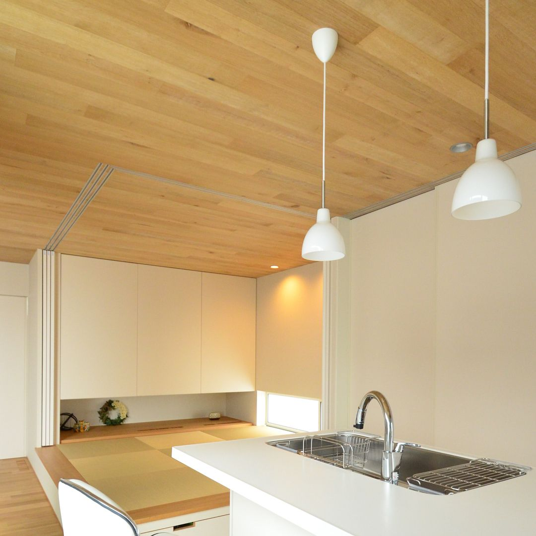 ナチュラルモダンな家 リビングとキッチンをつなぐ小上がりの和室 天井の板張りがより映えるよう吊押入はシンプルに作りました Shoeiの家 正栄産業 Shoei 正栄 Actus アクタス 注文住宅 家 Home House Architects シン ナチュラルモダンな家 モダンな