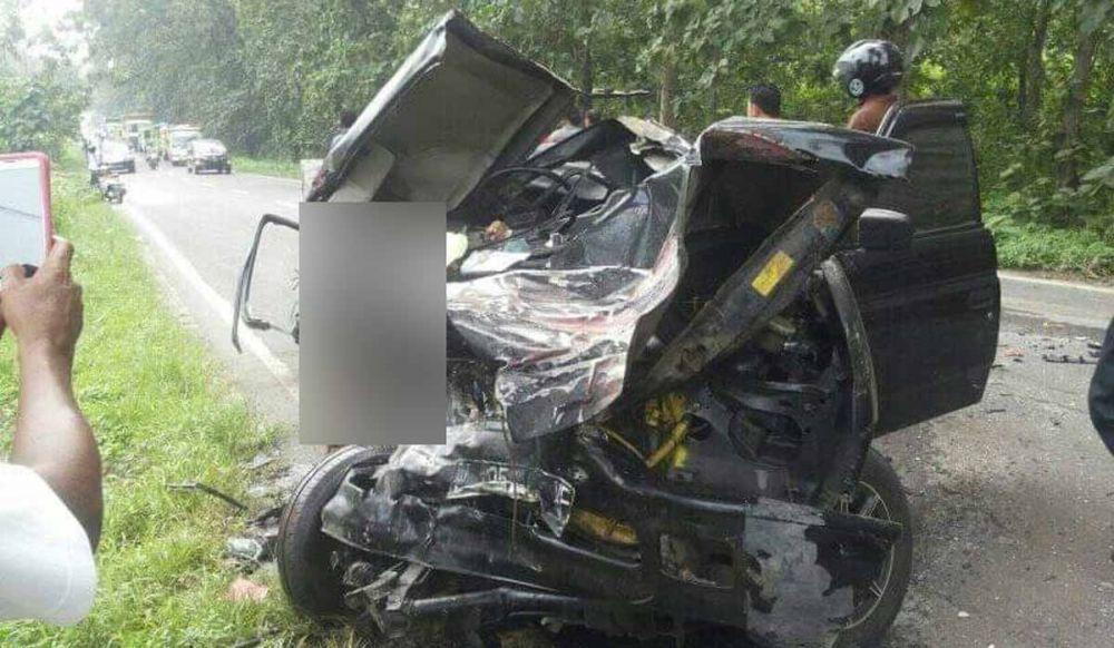 Mobil Pikap Hantam Truk Tronton Di Gresik Satu Orang Dikabarkan Tewas Truk Mobil Satuan