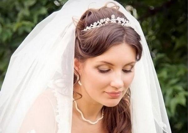 Свадебные прически в греческом стиле с фатой. фото
