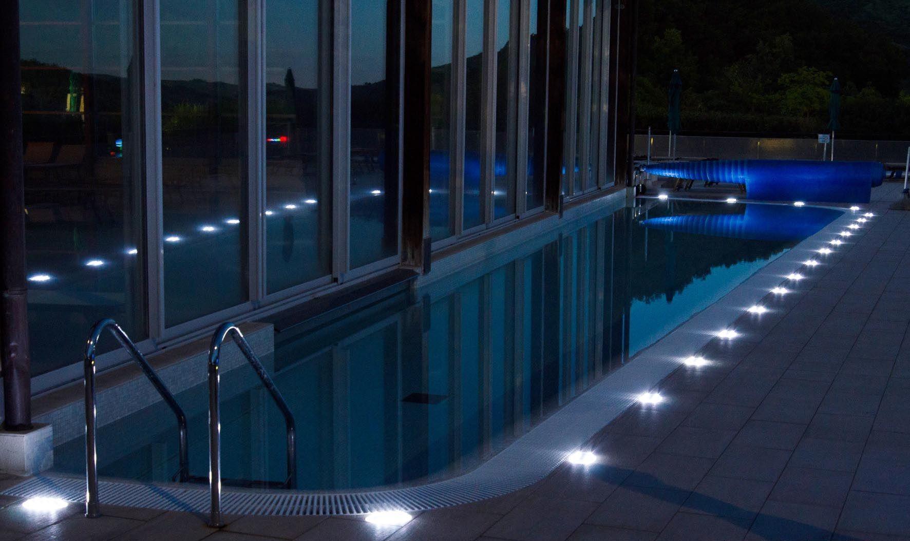Pareti Esterne Illuminate : Il bordo di una piscina illuminato con faretti led a incasso