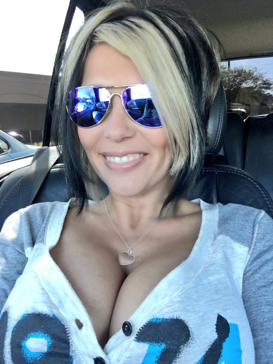 milf with glasses play on cam