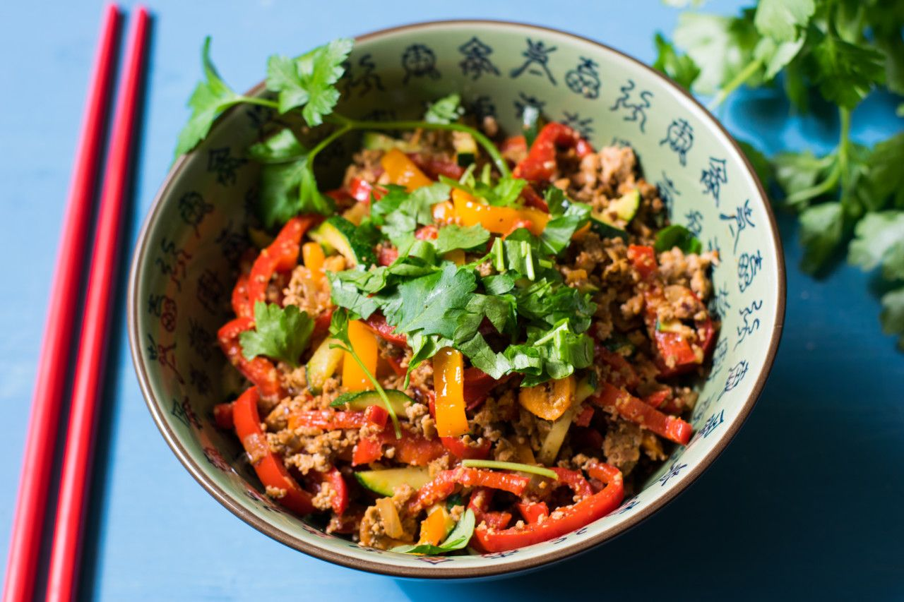 Dieses Mal eine vegane und sehr gesunde Low Carb Paprika-Pfanne mit Gehacktem. Durch die Gewürze hat sie einen tollen asiatischen Touch.