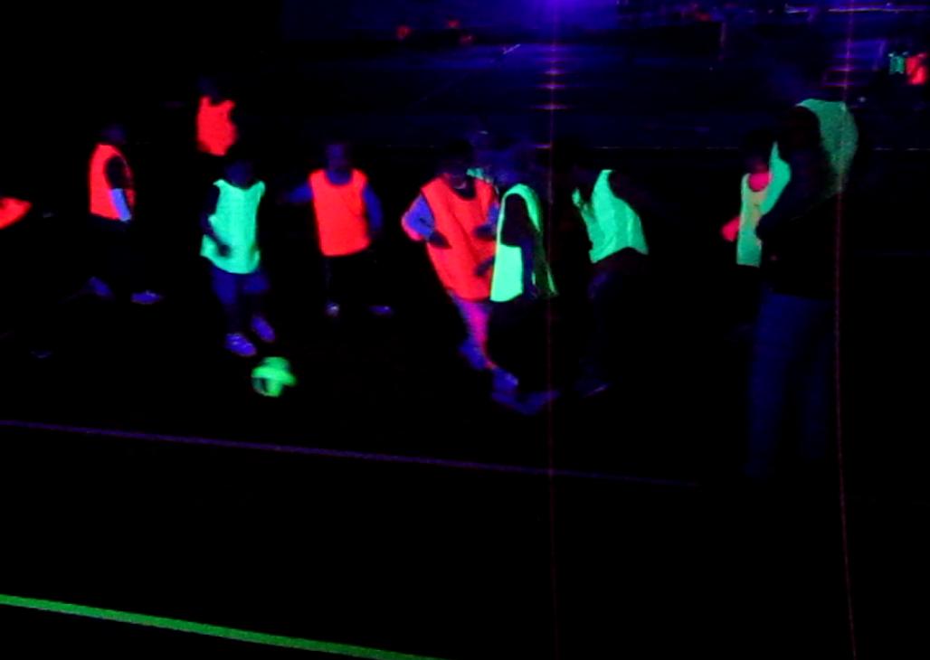 Glow football met blacklight