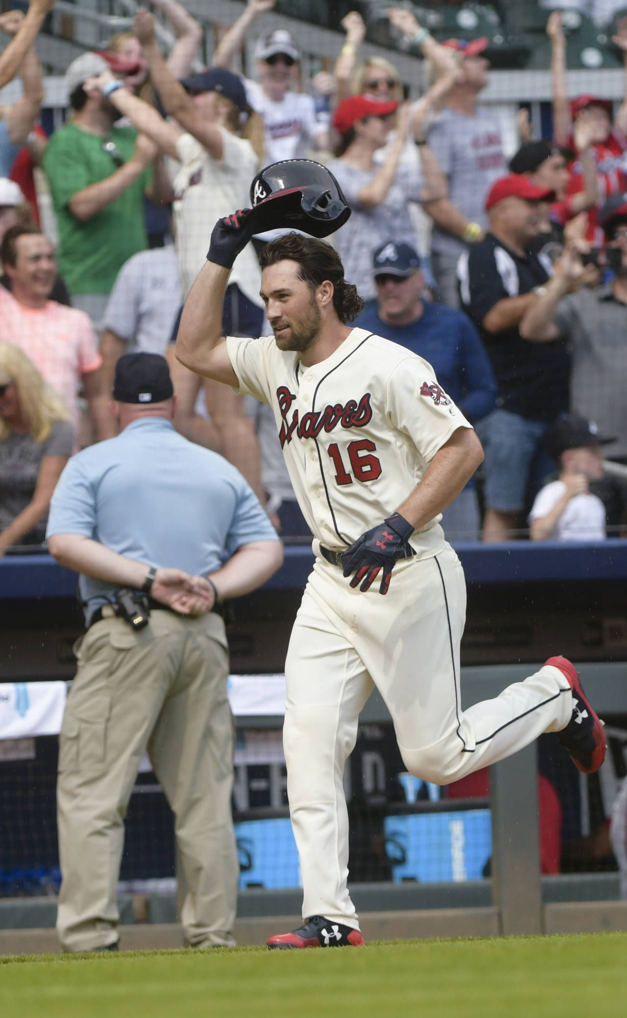 Atlanta Braves Shortstop Charlie Culberson 16 Runs The Baseline After Hitting A Two Run Home Run To End A Baseb Braves Atlanta Braves Atlanta Braves Baseball