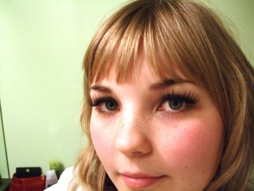 How to choose and apply your own false eyelashes  