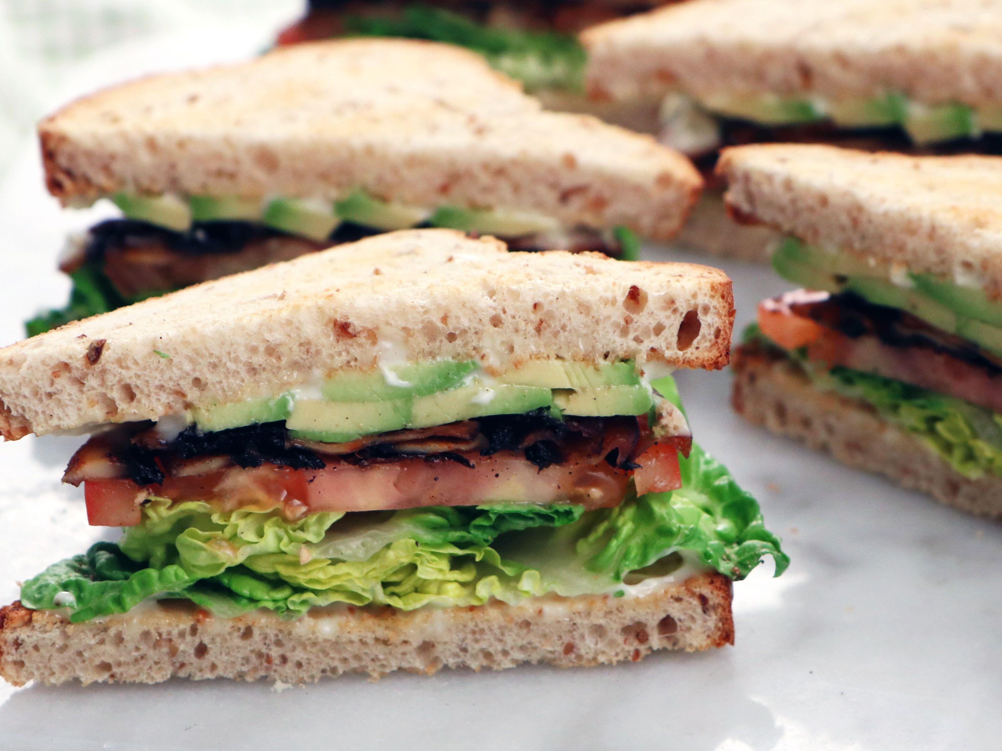 """Vegetarisk """"BLT"""" med portabellosvamp och avokado   Recept från Köket.se"""