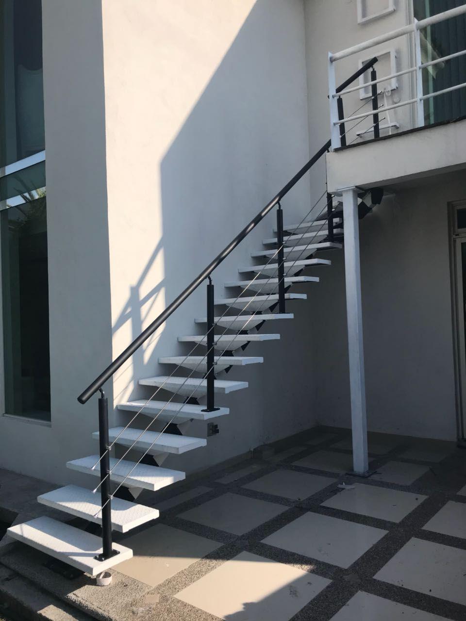 Escalera modelo bonampak con barandal especial met lica for Escalera metalica para exteriores