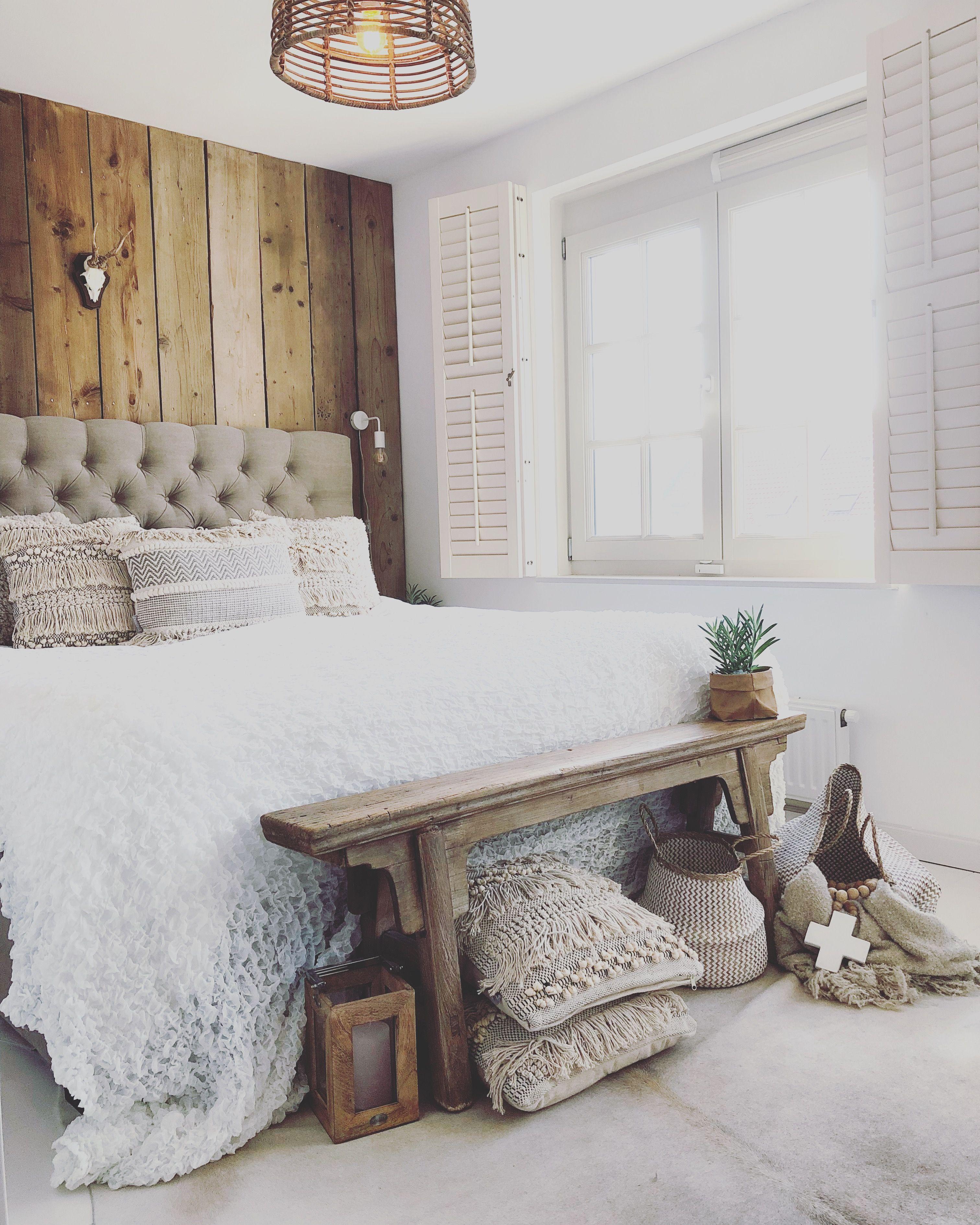 Landelijke slaapkamer. Bedroom. Steigerhout. Oud houten bankje ...