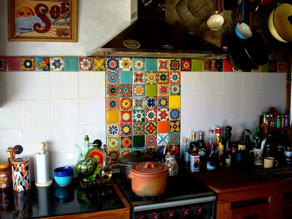 Cocina con azulejería artesanal en 10x10 decorados a mano ...