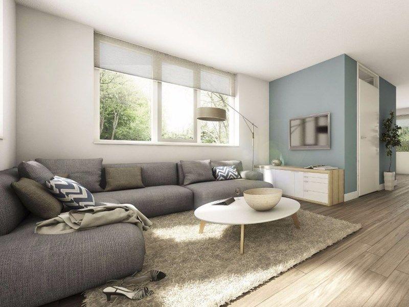 Woonstijl interieur impressie woonkamer met grijze hoekbank houten vloer en licht blauwe muur - Interieur binnenkomst ...