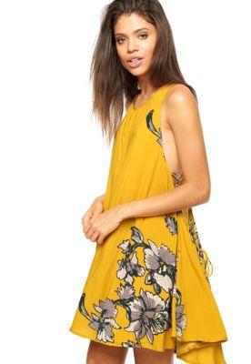 3dc2cb04c Vestido Fiya Lady Curto Floral Amarelo, com modelagem evasê, decote  trapézio, abotoação posterior