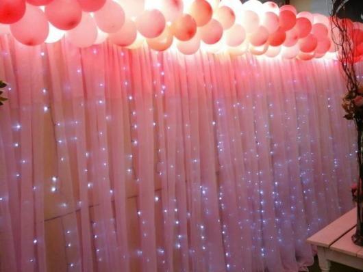 Cortina de tiras de tnt rosa com pontos de iluminaç u00e3o Letras em 2019 Decoraç u00e3o festa, Diy  -> Decoração Simples De Aniversário Com Tnt