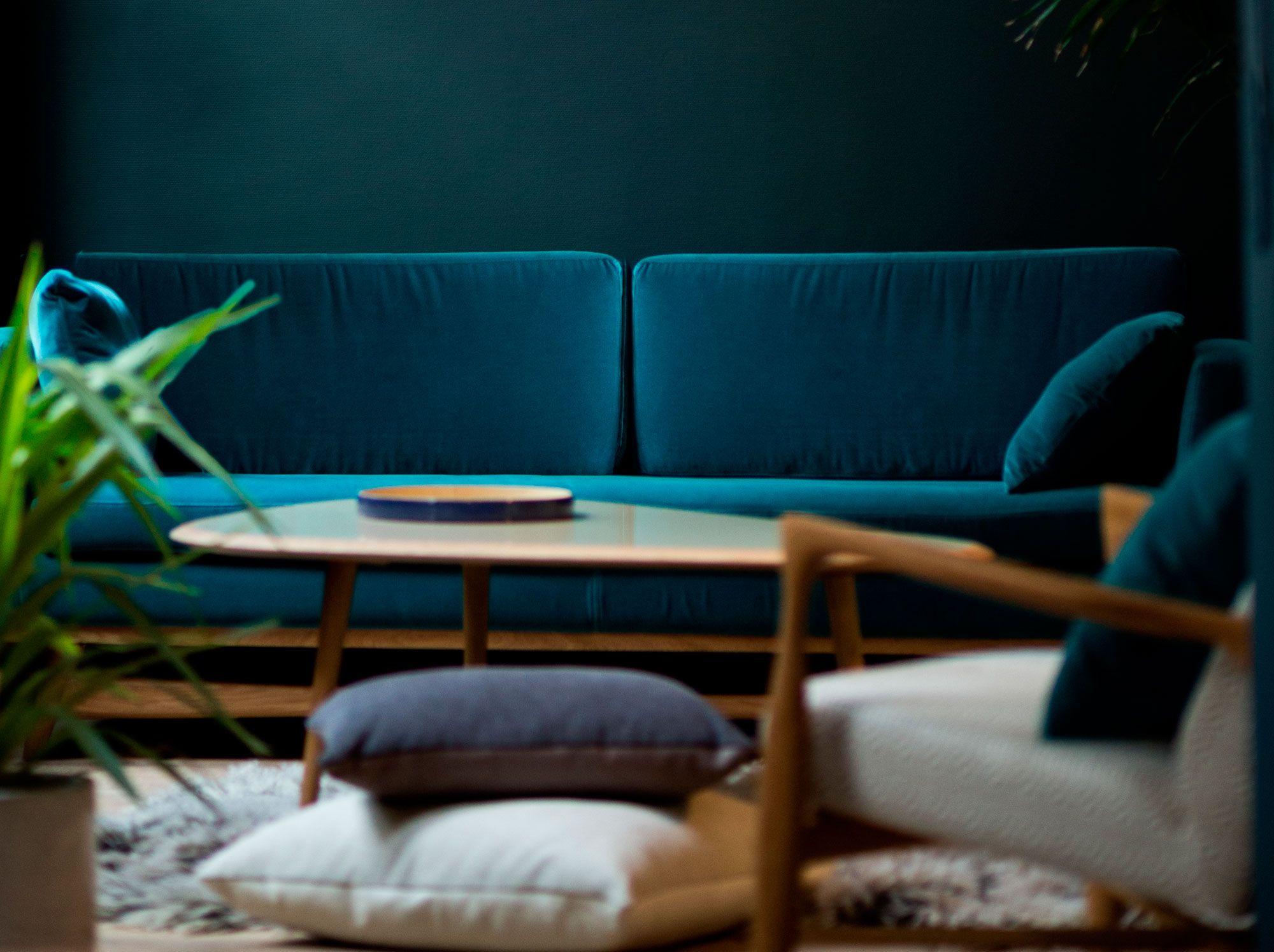 Vrai trois places, le canapé en velours adriatic blue de Red ...