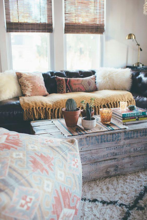 Boho Wohnzimmer Mit Flauschigen Gemusterten Kissen Und Einem Tollen Couchtisch Schn Finden Wir