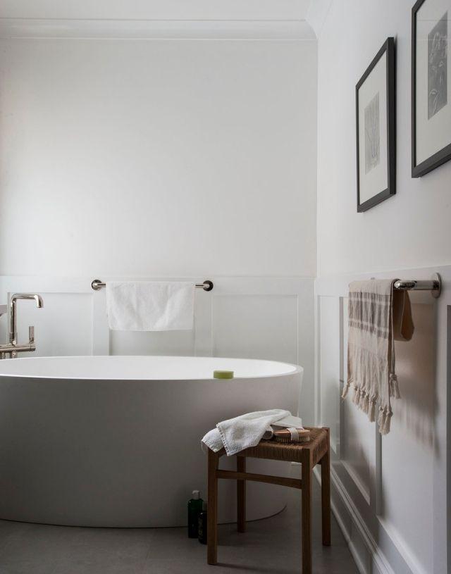 modernes bad mit wandbordüren-freistehende armatur und ovale - badezimmer ohne fliesen
