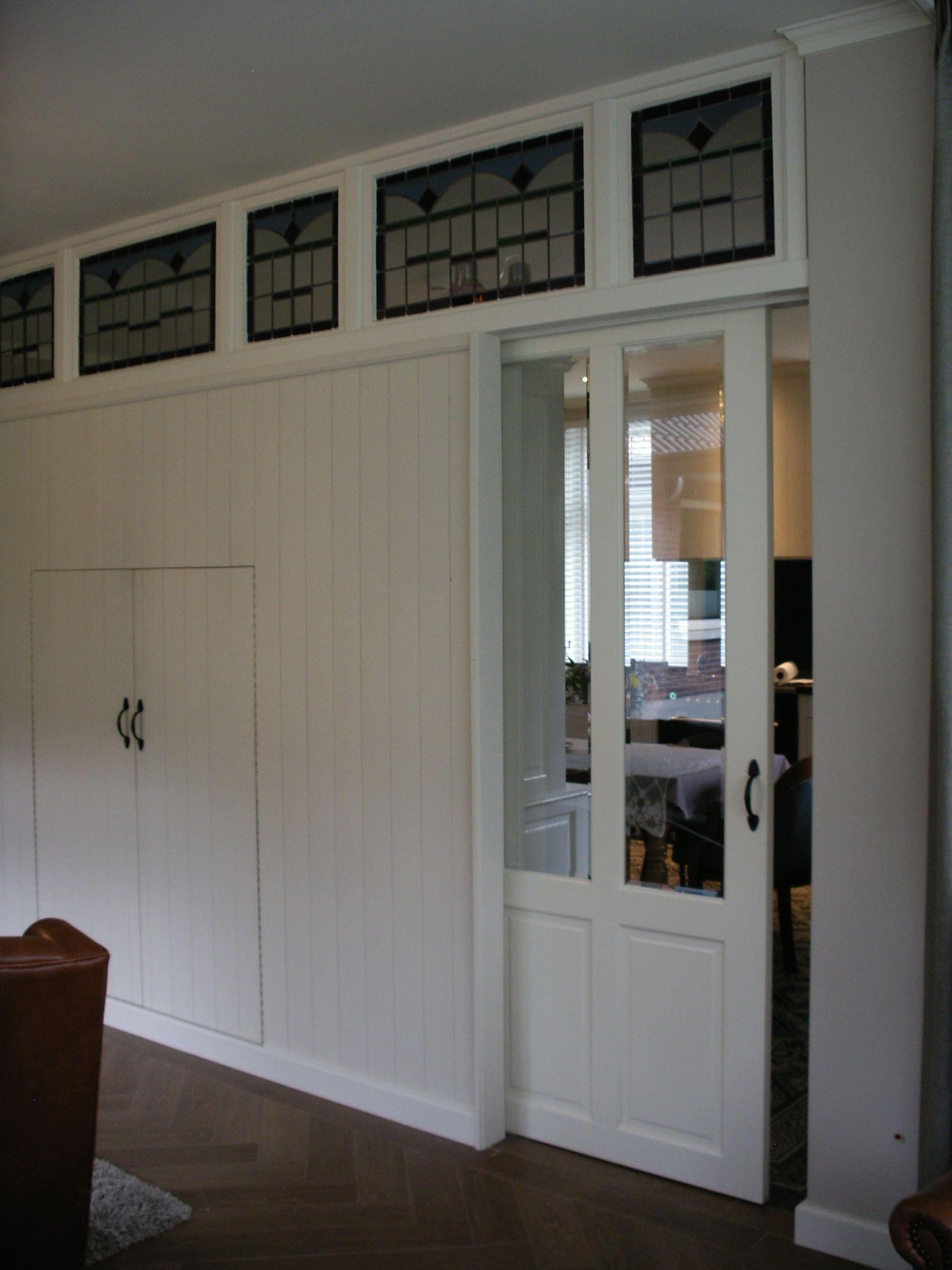 Schuifdeur Inbouwen In Muur.De Wand Tussen De Zitkamer En De Keuken Met De Glas In Lood Raampjes