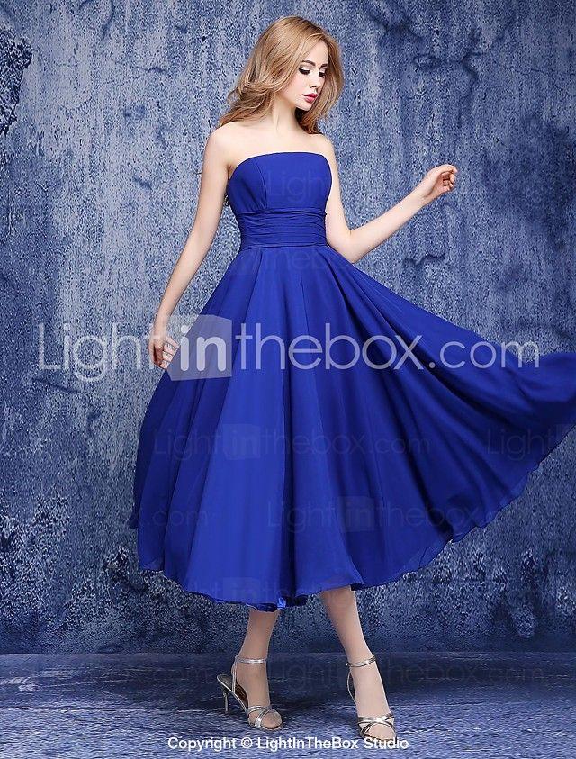 Un vestido sin tirantes de la dama de honor de la gasa de la ...