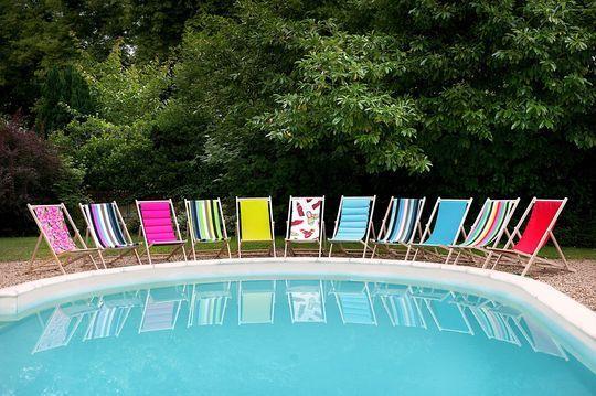 Des chiliennes de toutes les couleurs pour buller près de la piscine - 20 meubles pour se relaxer dans le jardin - CôtéMaison.fr