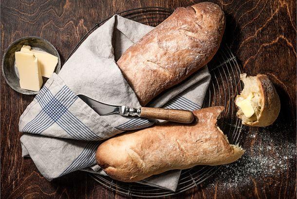 Yrtticiabatta. Ciabatta on italiaa ja tarkoittaa sananmukaisesti tohvelia. Nimi kuvaa hauskasti pitkänomaista matalahkoa leipää, jonka sisus on ihanan pehmeä ja pintakuori ohuen rapea, jauhoilla viimeistelty. http://www.valio.fi/reseptit/yrtticiabatta/ #resepti #ruoka